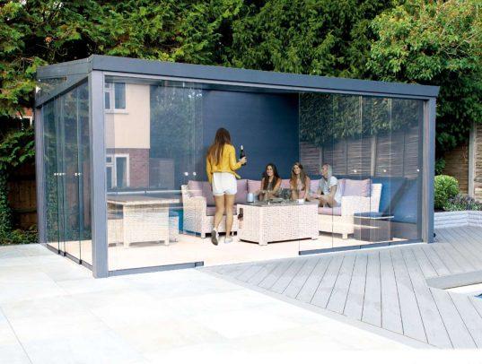 Gartenzimmer mit Glasschiebewänden und Glas Dacheindeckung